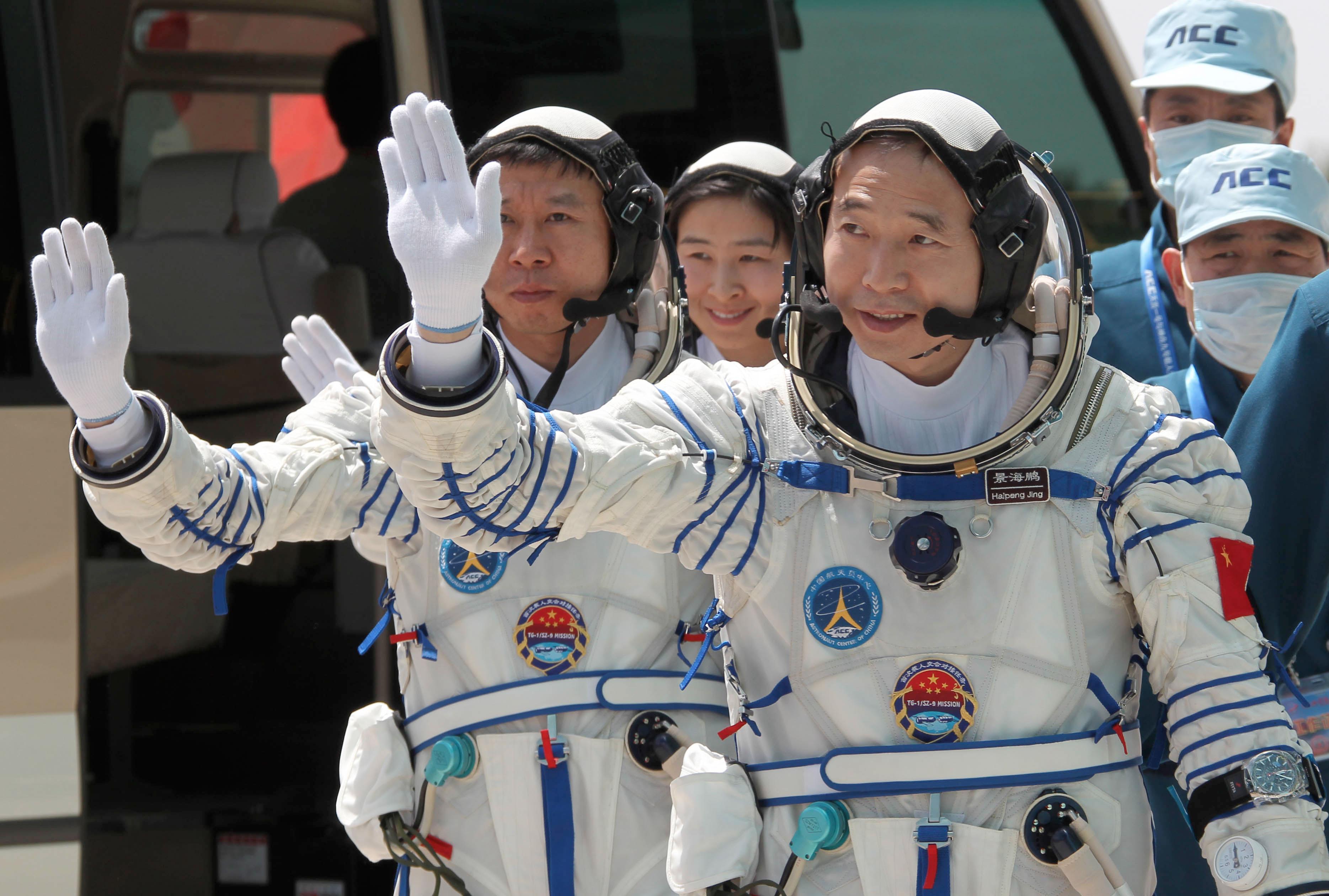 ChineseAstronautsshenzhou9_crew01-lg.jpg
